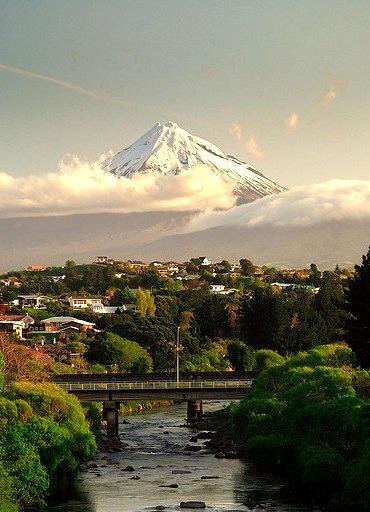 New Plymouth dominated by Mount Taranaki / New Zealand